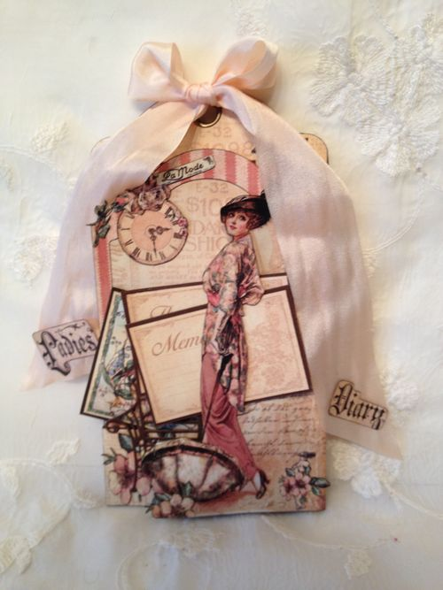 A LADIES DIARY - TAG STAPLES - GRAPHIC 45 - PHOTO DISPLAY - MINI AØBUM - ANNESPAPERCREATIONS - KREATIV SKRAPPING -1